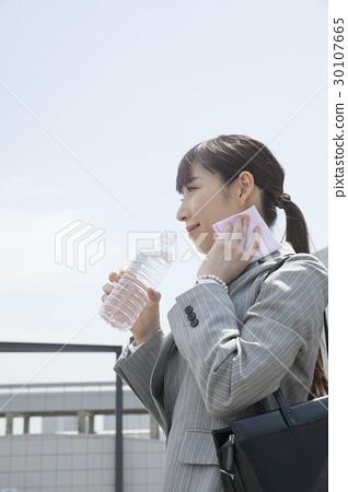 超越措施熱抑制的女商人測量水合作用 30107665