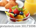 과일 요구르트와 크로와상 30173096