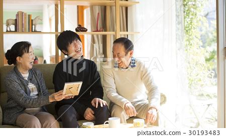 看照片的祖父母和孫子 30193483