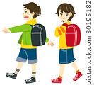 통학 걷는 초등학생 남자와 여자 30195182