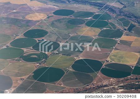 미국의 농지를 상공의 항공기에서 촬영 독특한 원형의 밭을 다수 30209408