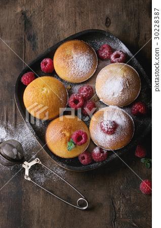 Lemon cakes with raspberries 30228387
