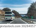 봄의 중앙 도로를 달리는 버스 30264057