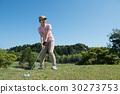 หญิงสาวกำลังเล่นกอล์ฟ 30273753
