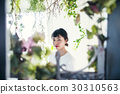 花和微笑的妇女画象 30310563