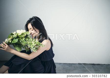 与花束的女性画象 30310782