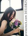 与玫瑰花束的女性画象 30310825