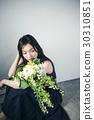 与花束的女性画象 30310851