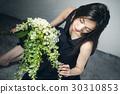 与花束的女性画象 30310853