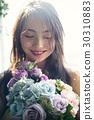与玫瑰花束的女性画象 30310883