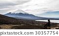 登山をする男性、座る、休憩 30357754