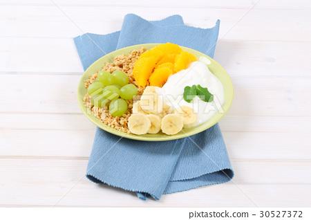muesli with yogurt and fresh fruit 30527372