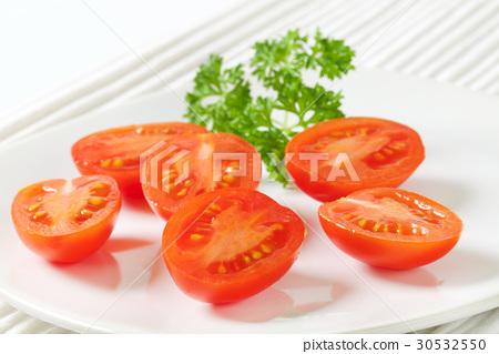 Halved plum tomatoes 30532550