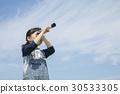 망원경으로 멀리 보는 아이 30533305