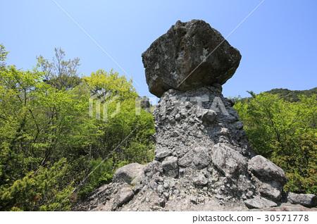 Shimojima cho香川縣冷隧道松茸蘑菇岩石和岩石 30571778