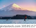 Fisherman in Kawaguchiko lake with Fuji mountain 30595157