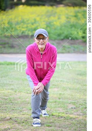 伸展阿基里斯腱的年長人在公園 30600506