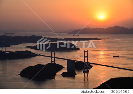 【세토 우치 시마 나미 카이도] 구루 시마 해협 대교 황혼 30614563