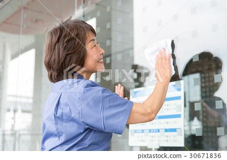 청소 작업 수석 여성 30671836