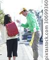 高級志願者學校道路的安全援助 30699360