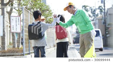 高級志願者學校道路的安全援助 30699444