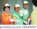 高级志愿者礼仪在街上引起 30699497
