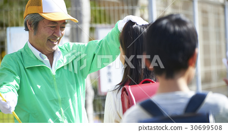 นักเรียนประถม,ปู่ ตา,วัยกลางคน 30699508
