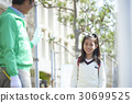 走在学校街道上的小学学生 30699525