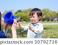 소꿉 놀이에서 양동이에 담긴 밥을 어머니 먹어달라고 기쁘다 소년 30792716