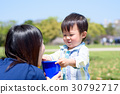 소꿉 놀이에서 양동이에 담긴 밥을 어머니 먹어달라고 기쁘다 소년 30792717