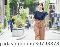 หญิงสาวคนหนึ่งกำลังเดินในโอโมเทซานโดะ 30798878