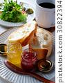 프랑스 빵과 야채 샐러드 30822394