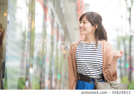 A young woman shopping at Ginza 30829813