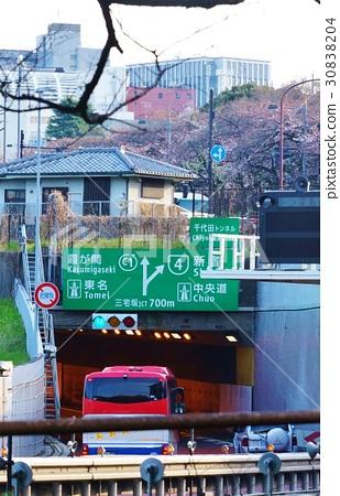 도쿄의 길 · 도심 순환선 4 호 신주쿠 선과 미야케 자카 JCT에서 분기 예고 표지판이 걸린 치요다 터널 입구 · 세로 위치 30838204