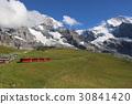 Eiger, Menchi, Jungfrau รถไฟวิ่งบนพื้นหลังของการรวมกันของรถไฟ 3 รถ Jungfrau Bhe 4/8 221 30841420