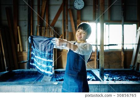 一個女人看著領帶染料完成 30856765