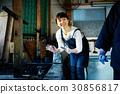 一個女人和一個教導領帶染色的男人一起學習 30856817