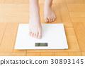 체중계와 여성의 다리 30893145