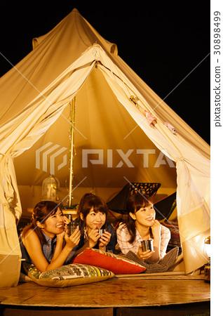 캠핑 글램 핑 야외 텐트 숙녀 밤 친구 친구 여자 회 30898499
