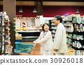 슈퍼에서 쇼핑하는 노인 부부 30926018