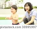 水遊びする親子 30995997