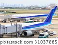 비행기와 우메다의 고층 빌딩 군 - 오사카 국제 공항 - 31037865