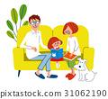 家庭在沙發和寵物上放鬆 31062190