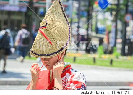 A woman wearing a braid 31063321