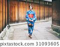 ผู้หญิงในชุดยูกาตะเที่ยวชมสถานที่ในเกียวโต 31093605