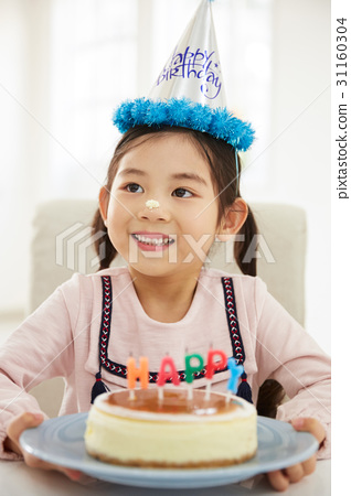생일을 맞은 여자 어린이 31160304