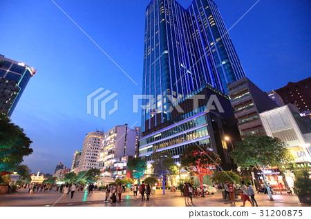 人们在Nguyenhue街胡志明市降温 31200875