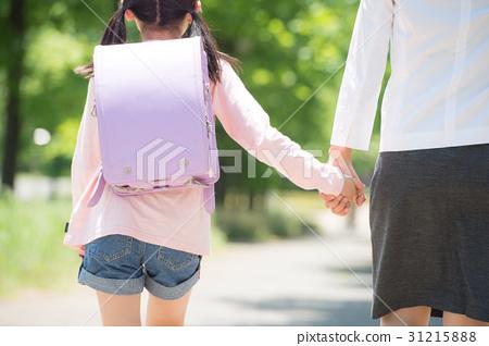 工作的母親和小學女孩的女兒在你身後 31215888