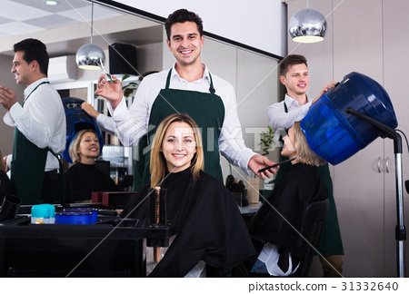 Hairdresser cuts hair at salon 31332640