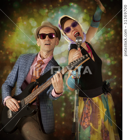 Rockabilly couple playing the guitar and singing 31369700